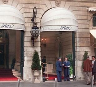 PASSER PÅ: Hotellansatte og sikkerhetspersonell avbildet utenfor Hôtel Ritz 30. august. Foto: NTB Scanpix