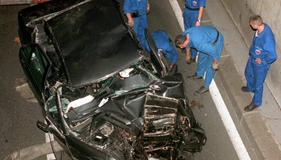 TRAGISK: Bilen ble totalvraket i det kraftige sammenstøtet med tunnelpilaren. Foto: NTB Scanpix
