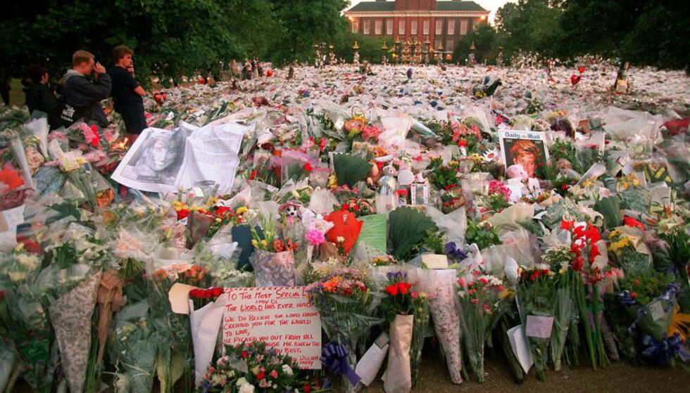 VERDEN I SORG: Kensington Palace, prinsesse Dianas siste hjem, var et av mange steder i verden som ble forvandlet til et blomsterhav etter Dianas død. Foto: NTB Scanpix