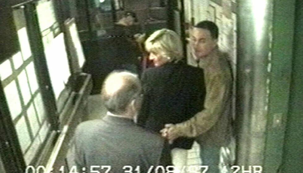 SNEK SEG UT BAKVEIEN: Prinsesse Diana og Dodi al-Fayed forlater Hôtel Ritz femten minutter over midnatt 31. august. Foto: PA/NTB Scanpix