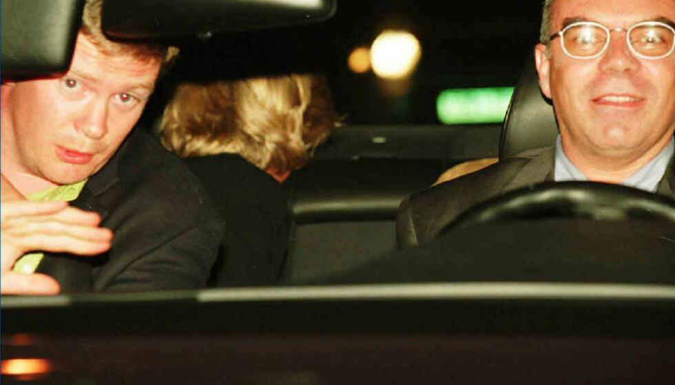 ET AV DE SISTE BILDENE: Trevor Rees-Jones, Henri Paul og prinsesse Diana avbildet på vei fra Hôtel Ritz. I baksetet forsøker sistnevnte å gjemme seg for kameralinsene. Kort tid etterpå er tragedien et faktum. Foto: NTB Scanpix