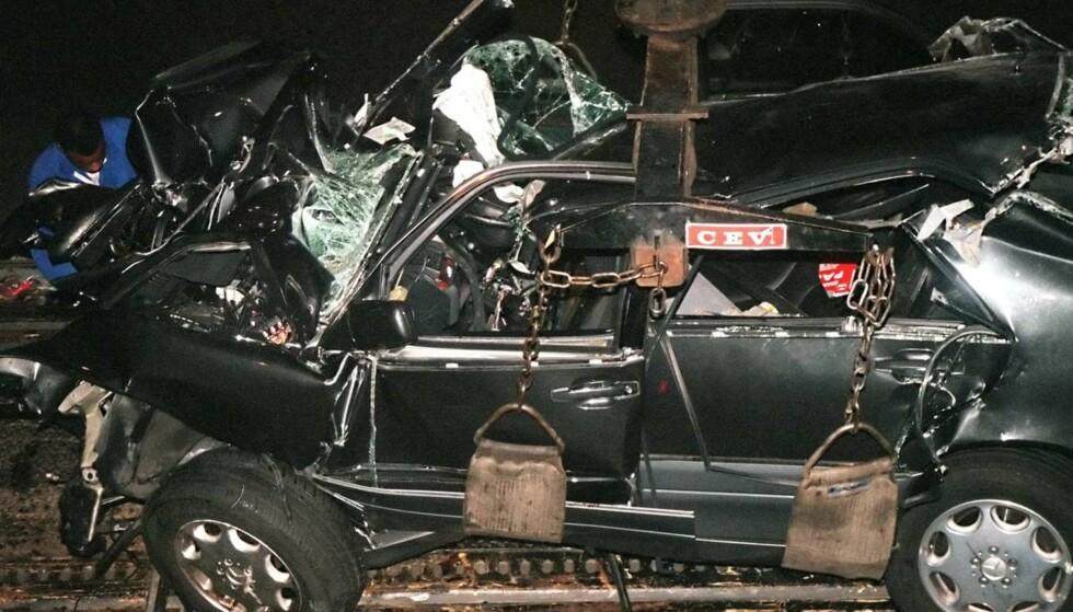 SMADRET: Bilens tilstand etter ulykken gir et tydelig bilde av hvor galt det gikk da sjåføren mistet kontrollen. Foto: NTB Scanpix
