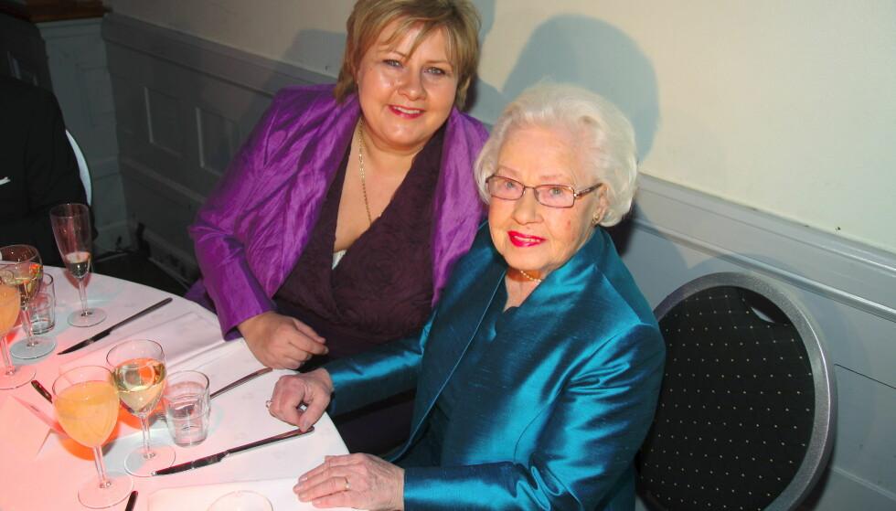 MISTET MOREN: Erna Solberg og moren Inger-Wenche sammen i Ernas 50 års bursdag. Inger-Wenche gikk bort i 2016. Foto: Tore Skaar