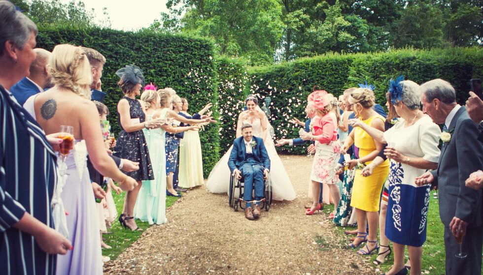 UVURDERLIG STØTTE: Familie og venner var samlet for å hylle de nygifte. Paret forteller at støtten de har fått det siste året, har vært mer enn de kunne håpe på. Foto: SWNS