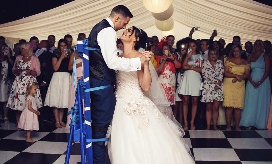 ENDELIG MANN OG KONE: Gjestene jublet og tårene trillet da brudeparet Michaela og James Thorpe svingte seg på dansegulvet. Foto: SWNS