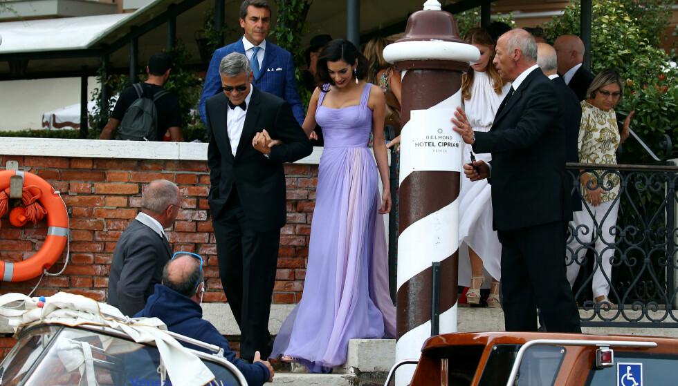PÅ VEI: George og Amal på vei til filmpremiere lørdag kveld. Foto: Reuters/NTB Scanpix