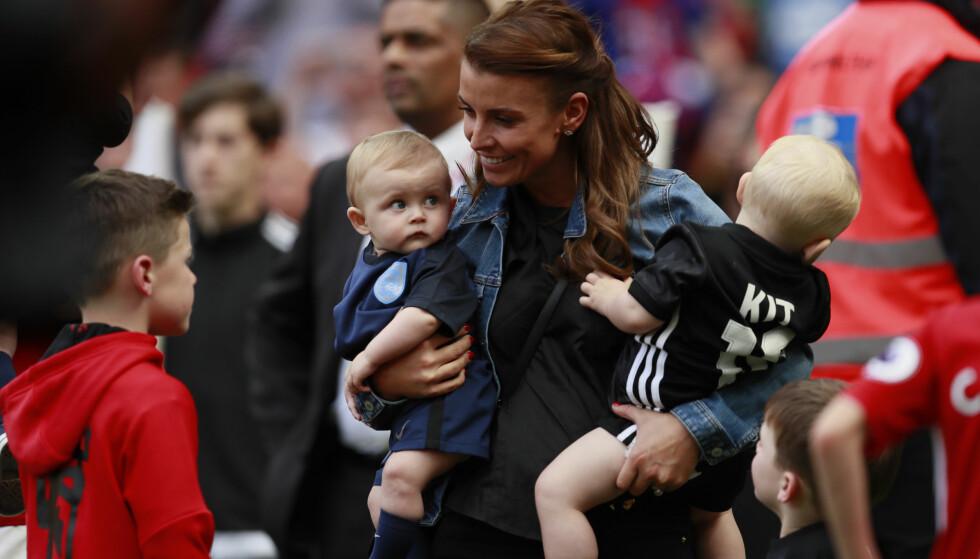 <strong>FOTBALLPROFF:</strong> Wayne Rooney blir stadig heiet på av kona og deres tre barn mens han spiller fotballkamp. Foto: Reuters