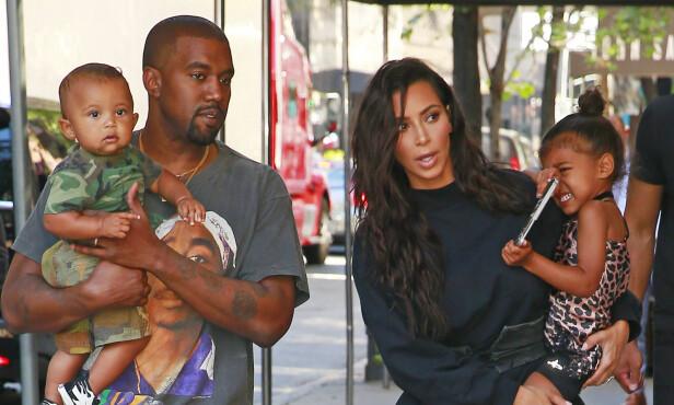 SJARMTROLL: Kanye og Kim har allerede de søte, små barna Saint og North, men vil gjerne ha flere. Nå skal de ifølge en kilde vente sitt tredje barn - som bæres frem av en surrogatmor. Foto: NTB scanpix