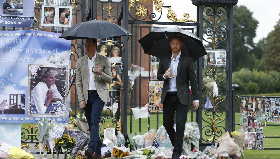 MINNESMARKERING: Prins William og prins Harry på plass ved portene til Kensington Palace, der flere sørgende hadde lagt igjen brev, blomster og fotografier 20 år etter at prinsesse Diana gikk bort på tragisk vis. Foto: AP / NTB scanpix
