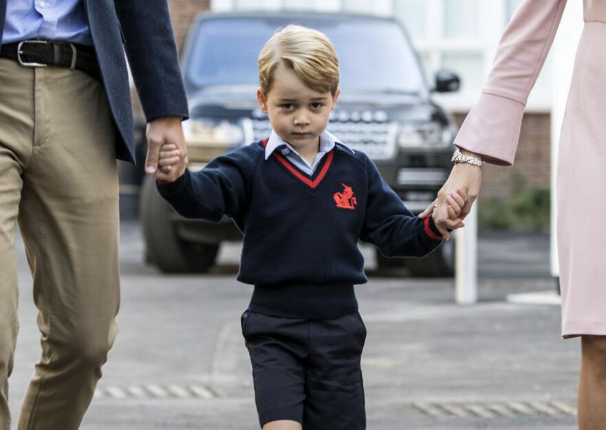 VELKOMMEN: Prins George ble fulgt av prins William på første skoledag. Her er de to sammen med rektor ved skolen, Helen Haslem. Foto: Pa Photos