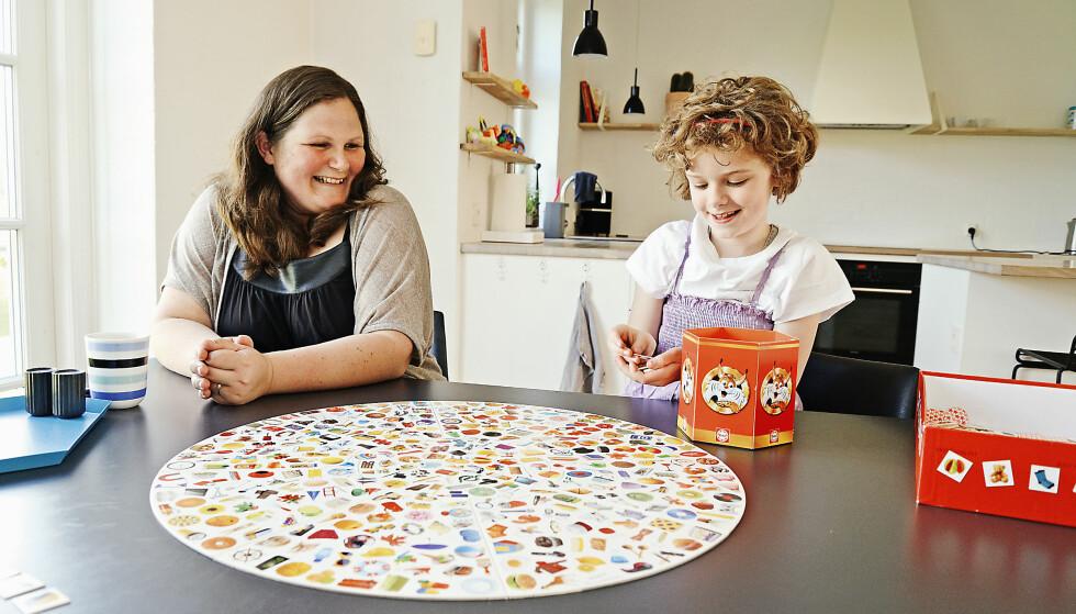 <strong>MESTRING GJENNOM LEK:</strong> Isabella elsker å spille brettspill, og synes det er gøy når hun får det til. Foto: Jørgen Ploug