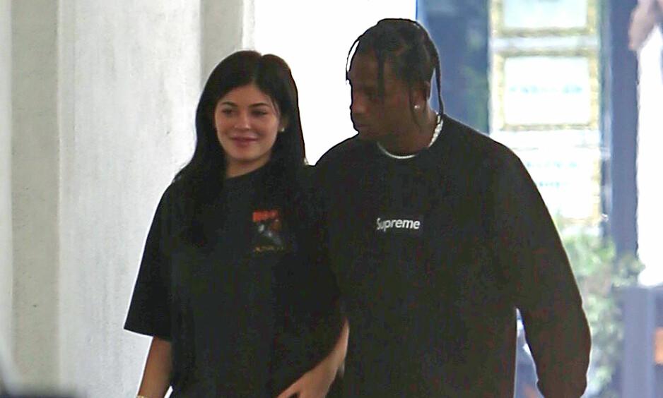<strong>KJÆRESTER:</strong> Kylie Jenner og Travis Scott avbildet sammen i juni. Ifølge nettsiden TMZ venter de to sitt første barn sammen. Foto: NTB Scanpix