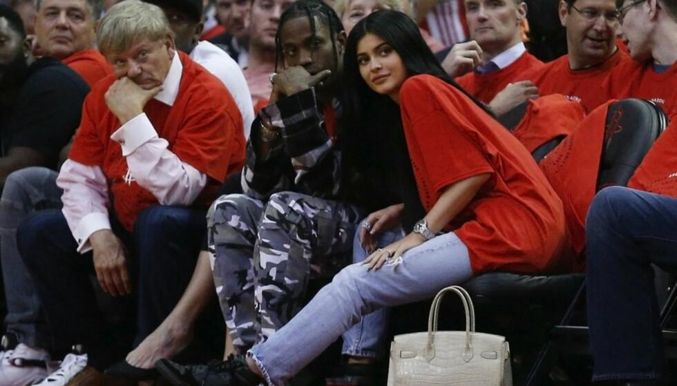 KJÆRESTER: Kylie Jenner og Travis Scott sammen under en NBA-kamp tidligere i år. Foto: NTB Scanpix