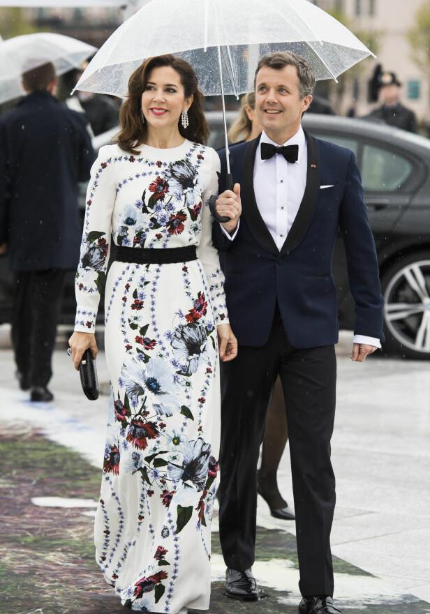 ELEGANT: Kronprinsesse Mary av Danmark brukte nærmere 1,1 millioner kroner på på klær i fjor. Her ankommer hun og ektemannen kronprins Fredrik festmiddagen i Operaen i anledning kongeparets 80-årsfeiring i 2017. Foto: Jon Olav Nesvold / NTB scanpix