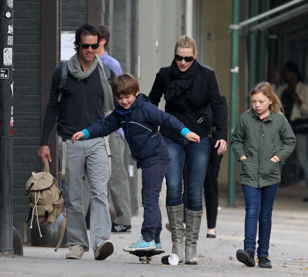 TREBARNSMOR: Her er Kate Winslet med mannen Ned Rocknroll og sine to eldste barn, Joe og Mia, i New York for noen år siden. Hun har også sønnen Bear med ektemannen. Foto: NTB Scanpix