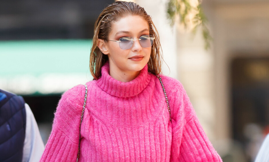 Varm og trendy. Vi elsker Gigi Hadids rosa genser! Foto: NTB Scanpix