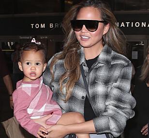 STOLT: Chrissy er tydelig stolt av datteren Luna og deler stadig bilder av henne på sosiale medier. Foto: Splash News