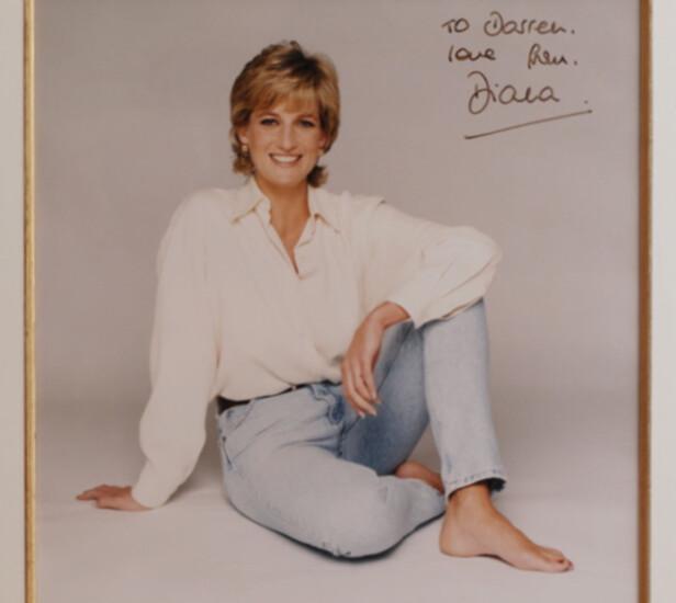 <strong>ELSKET KOKK:</strong> Darren McGrady var kongefamiliens kokk mens prinsesse Diana var en del av familien. Hun ga ham dette signerte fotografiet i gave. Foto: Splash News / NTB Scanpix