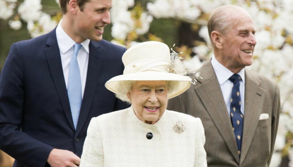 <strong>UJÅLETE:</strong> Dronning Elizabeth, her avbildet sammen med prins William og prins Philip, er ifølge kokk Darren McGrady kanskje overraskende nøktern i matveien. Foto: NTB Scanpix