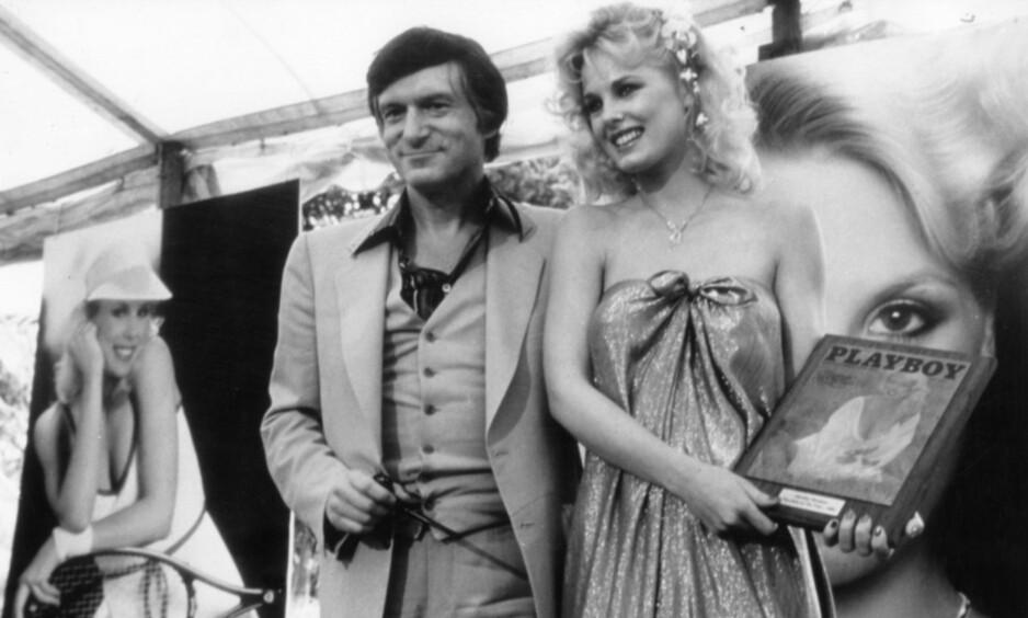 TRAGISK DØDSFALL: Dorothy Stratten fotografert sammen med Playboy-gründer Hugh Hefner da hun ble kåret til årets Playmate for 1980. Under ett år senere ble hun brutalt drept. Foto: NTB scanpix