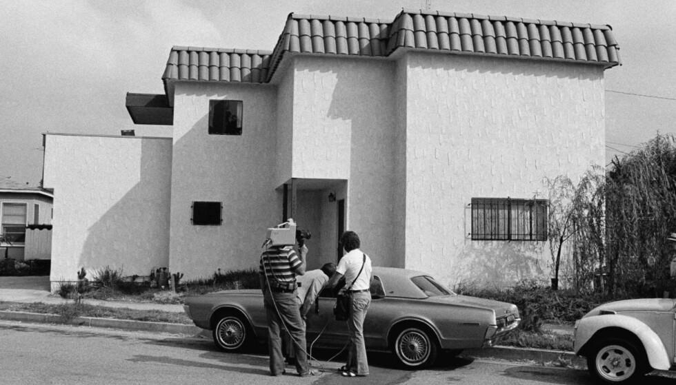 ETTER DRAPET: Nyhetsreportere studerer bilen til Dorothy Stratten etter at hennes død slo ned som en bombe i Hollywood. Foto: NTB scanpix