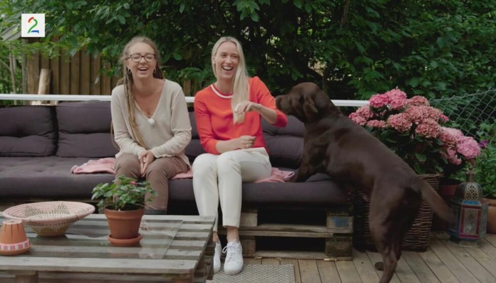 SELSKAPSSYK: Hunden gjorde det vanskelig for Beatrice Fjell og Katarina Flatland å holde seg alvorlige under friervalget. Foto: TV 2