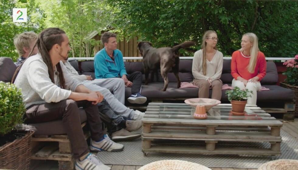 LAGDE TRØBBEL: Hunden Luke sørget for å bli et komisk innslag da Beatrice Fjell skulle sende hjem sin første frier under gårdsuka. Foto: TV 2