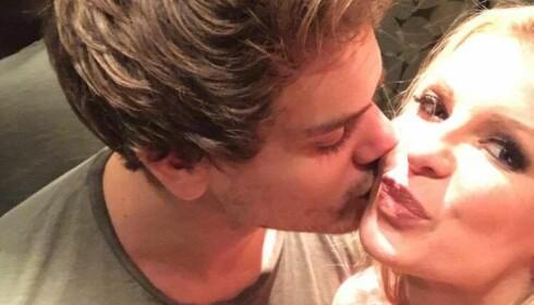 FORELSKET: Her får Mari et kyss på kinnet av sin nye kjæreste Andreas. Foto: Privat