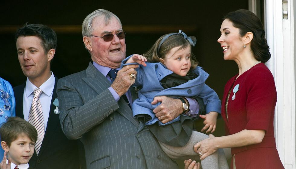 STOLT BESTEFAR: Prins Henrik leker med prinsesse Isabelle under dronning Margrethes 70-års feiring i 2010. Foto: NTB Scanpix