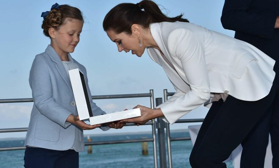- BEKLAGELIG: Det danske hoffet synes det er trist at private videoer av prinsesse Isabella har havnet i offentligheten. Her er hun sammen med sin mor, kronprinsesse Mary, i juni 2015. Foto: NTB Scanpix
