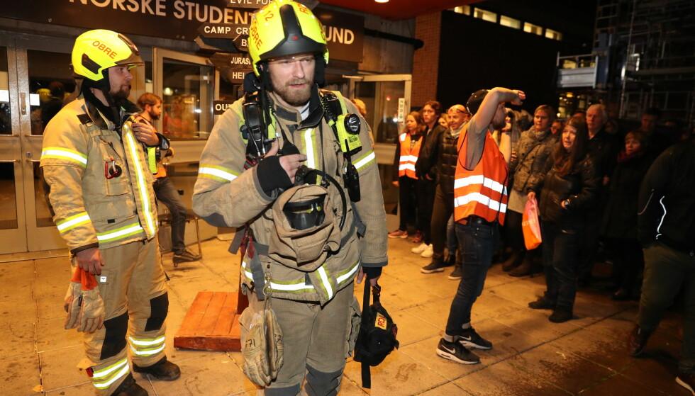 BRANNALARM: Brannvesenet fikk kontroll på situasjonen og det hele skyldes en overdreven bruk av en røykmaskin. Foto: Andreas Fadum
