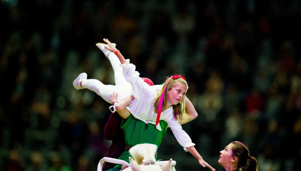 AKROBATIKK PÅ HESTERYGGEN: Leah Isadora Behn viste frem akrobatiske kunster under fjorårets Oslo Horse Show. Foto: NTB scanpix