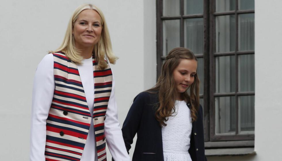 <strong>NAVNEBYTTE:</strong> Tirsdag fortalte kronprinsesse Mette-Marit til en forsamling i Trondheim at hun egentlig hadde andre planer for navnet til prinsesse Ingrid Alexandra. Her er de to fotografert i sommer, på vei til åpningen av dronning Sonjas KunstStall. Foto: Lise Åserud / NTB scanpix