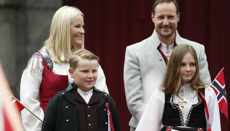 <strong>KRONPRINSFAMILIEN:</strong> Kronprinsesse Mette-Marit, kronprins Haakon, prins Sverre Magnus og prinsesse Ingrid Alexandra er hver 17. mai å se på trappa utenfor Skaugum. Foto: NTB scanpix
