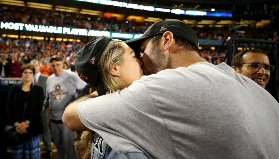 ØMME KYSS: Kate Upton og Justin Verlander brydde seg ikke om at de hadde publikum på Dodgers Stadium. Foto: Ezra Shaw/Getty Images/AFP/ NTB scanpix