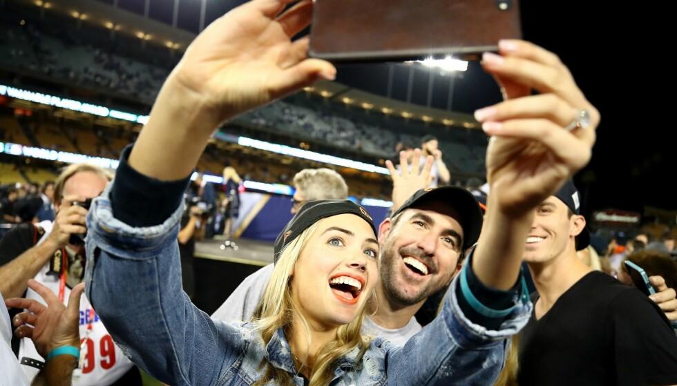 SELFIE: Det forelskede paret sørget også for å dokumentere jubelkvelden. Foto: Ezra Shaw/Getty Images/AFP/ NTB scanpix
