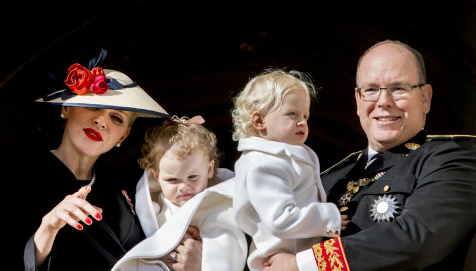 STJAL SHOWET: De bedårende tvillingene Gabriella og Jacques fikk all oppmerksomheten da prinsesse Charlene og fyrst Albert stilte opp på palassbalkongen i fjor.Foto: Robin Utrecht/ABACARESS.COM, NTB scanpix