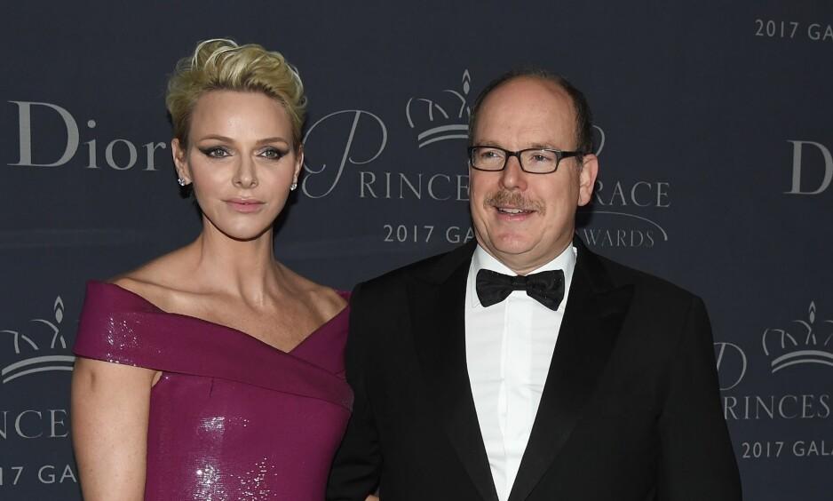 LEPPEPRYD: Fyrst Albert av Monaco, her avbildet med sin kone Charlène, har latt barten gro. Det er ikke helt uten grunn. Foto: NTB scanpix