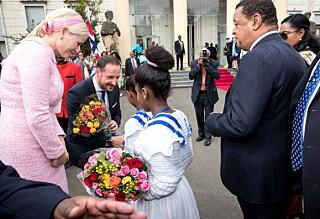 Kronprinsparet ble møtt med pomp og prakt utenfor presidentpalasset