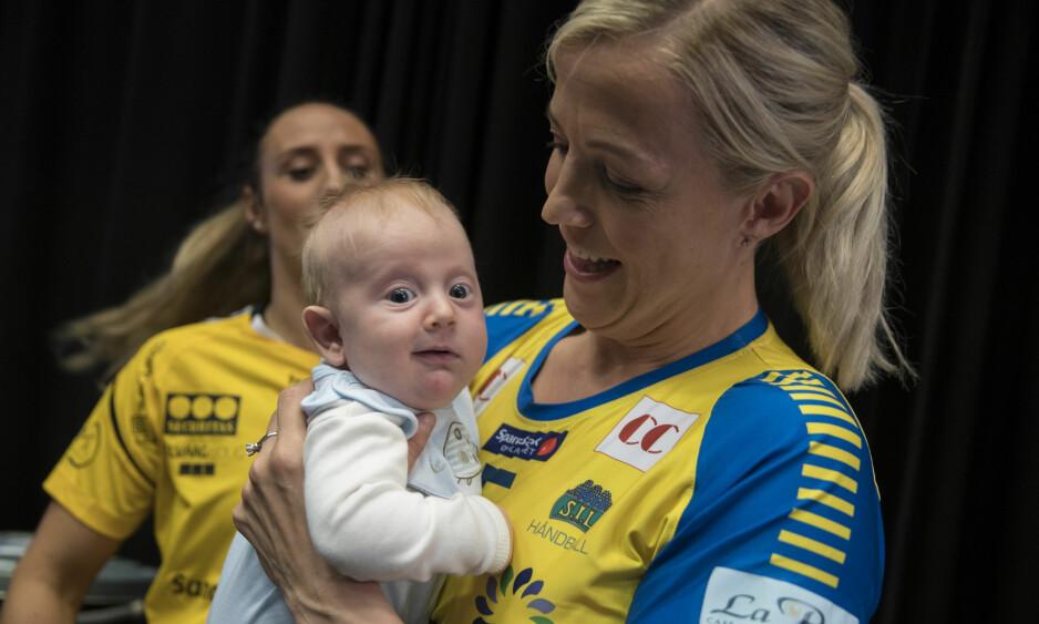 SJARMØR: Heidi Løkes lille sønn Oscar (fire mnd) blir med mamma til Tyskland for årets håndball-VM. Foto: NTB Scanpix