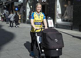 PÅ TUR: Heidi på trilletur med Oscar tidligere i år. Foto: NTB Scanpix