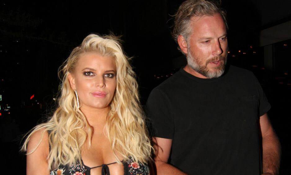 KRITIKK: Jessica Simpson og ektemannen Eric Johnson får hard kritikk for å ha farget håret til datteren i forbindelse med Halloween. Foto: Splash News