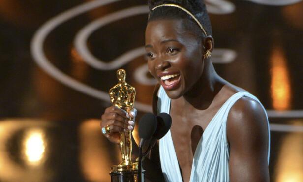 PRIS: Lupita Nyong'o mottar Oscar-prisen for beste kvinnelige birolle i 2014. Foto: John Shearer / NTB scanpix