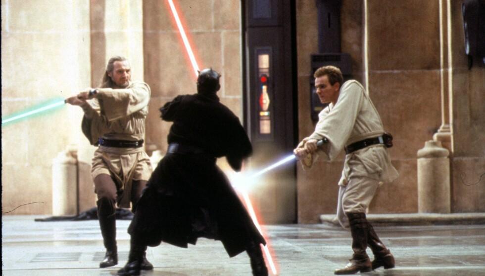 «STAR WARS»-STJERNE: Ewan McGregor (t.h.) og Liam Neeson kjemper mot Darth Maul i filmen «The Phantom Menace» fra 1999. Foto: NTB Scanpix