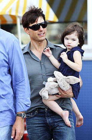VAGT MINNE: Pappa Tom, Suri og kaninen i 2008, da Suri var to år gammel Foto: Rex Features