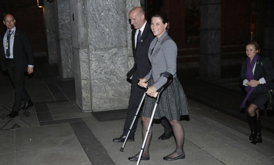 KRYKKER: Prinsesse Märtha Louise har kvittet seg med gipsen, men måtte benytte krykker da hun fredag var tilbake på jobb. Foto: NTB Scanpix