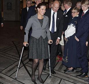 STRAK ARM: Märtha Louise tok utfordringen på strak arm da hun ankom med krykker. Foto: NTB Scanpix