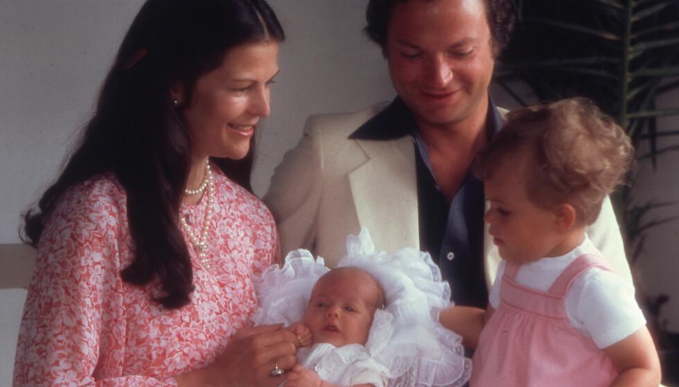 <strong>PAPPAS DÅP:</strong> Slik så det ut da prins Carl Philip ble døpt i 1979. Dronning Silvia, kong Carl Gustaf og kronprinsesse Victoria ser stolt på det nye familiemedlemmet. Foto: NTB Scanpix