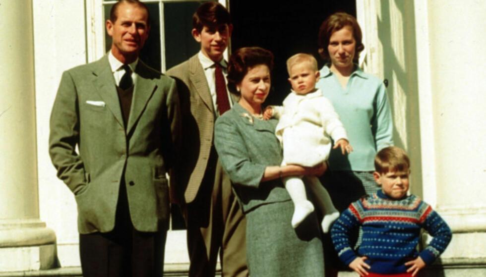 FAMILIE: Her er familien fotografert i 1965, i anledning dronningens 35-årsdag. I armene bører hun prins Edward, bakerst står prins Charles, prinsesse Anne står til høyre for ham og helt forrest står lille prins Andrew. Foto: PA, NTB scanpix