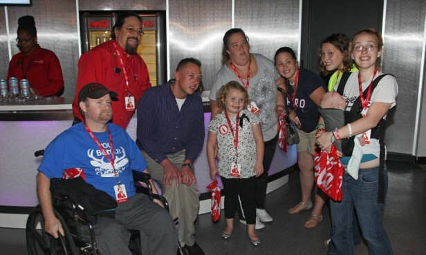 REALITYFAMILE: Mike «Sugar Bear» Thompson (i rullestol) og June med sin felles datter Alana og Junes tre døtre Lauryn, Jessica og Anna. Foto: All Over Press